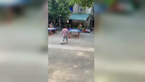 中国乒乓球世界第一的原因:看看大妈就知道了