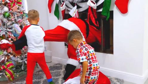 兄弟俩圣诞夜抓圣诞老人,却发现是爸爸扮演,网友:儿童的幻想!