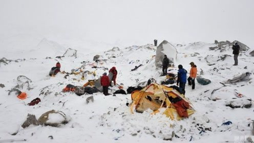 喜马拉雅山发生雪崩时,上万吨积雪瞬间崩塌,场面非常惊人!