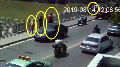 女子大桥护栏外行为异常 交警心细如发阻止意外 市民争相援手