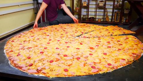 老外制作巨型披萨,足足有2米长,60斤重,切上一块吃半天