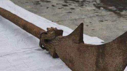 专家在关羽墓挖出诡异偃月刀,被4根铁链锁住,专家:传说是真的
