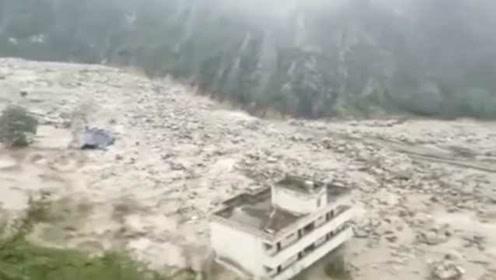 救援争分夺秒!汶川山洪泥石流暴发,多地消防集结出动救援