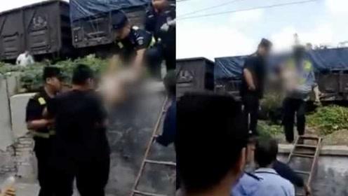 贵州遵义3小孩子轨道边玩耍,被货运火车撞伤,一人仍在抢救