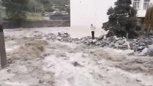 全力抢通!四川理县泥石流致国道317中断,救援人员徒手搬石