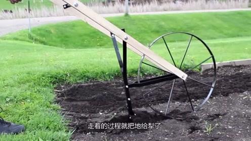 老外发明犁地神器,不费油不费电,走着就把地犁了!