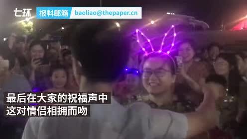 演唱会后他向女友求婚:紧张,戒指该戴哪