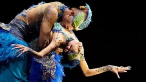 """杨丽萍和男徒跳舞太投入,""""亲密""""互动引热议,称一切为了艺术!"""