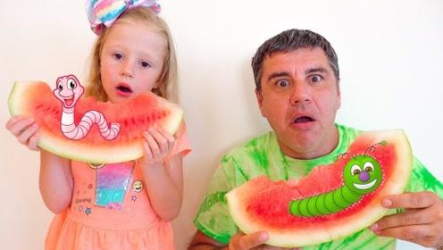 父女俩正吃着西瓜,突然冒出来几只大虫子!可把萌娃吓坏了!