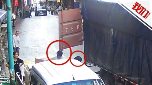 货车行驶途中车厢门甩出 两路人无端接连被打头愣在原地
