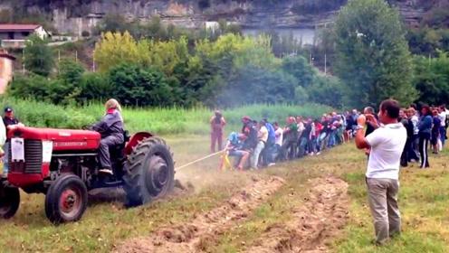 老外拔河挑战拖拉机,2吨的车竟然举白旗:你们人多欺负车!