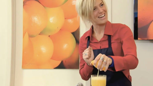 半个橙子挤出2杯满满的果汁?国外恶搞,路人开始怀疑人生