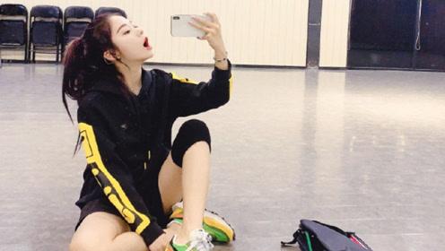紫宁运动装练习室跳舞秀长腿 高马尾对镜自拍可爱甜美
