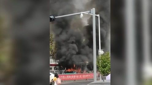 现场!苏州一公交车自燃起火仅十分钟只剩骨架 车内无人员伤亡
