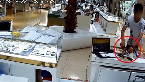 监控实拍:男子光天化日盗走两部手机 仅2秒钟便得手