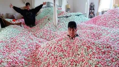 作死熊孩子把父母屋内铺满棉花糖,父母回来后,场面精彩了