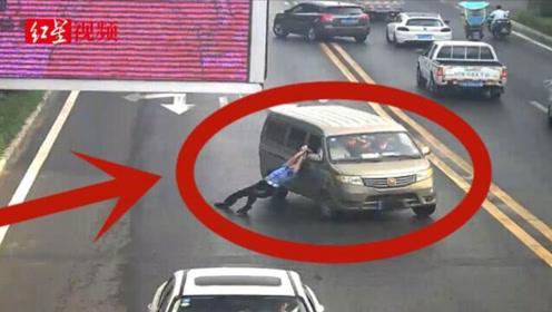 男子超员被查后驾车拖行交警200米 涉嫌妨碍公务被拘