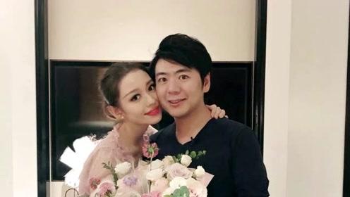 38岁郎朗给妻子庆祝25岁生日,抱玫瑰花表白:老婆开心我开心