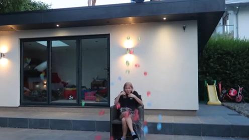 小伙恶搞女友,将100个水球从楼顶砸向女友,等着跪搓衣板吧!