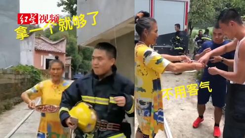 可爱!灭完火,大妈追着给消防员送枣