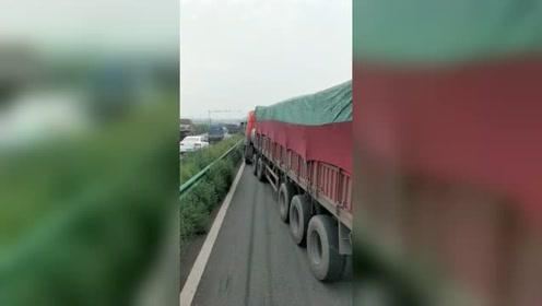 还往前挤呢?没看到货车已经倒车了,网友:占道逆行的要重罚