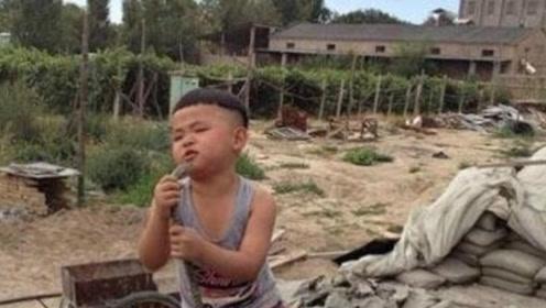 小男孩流泪翻唱《一曲相思》,网友:这是被班花拒绝了多少次!