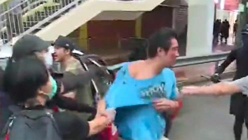 丑陋!直击香港荃湾示威游行:一男子被暴徒围堵、拉拽,头破血流