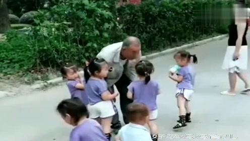 五个孙女看到爷爷下班的那一刻,暖心了,还会嫌孩子多吗?
