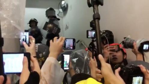 """香港警察遭暴徒追打被迫鸣枪示警 却被""""记者""""围堵质问为何开枪"""