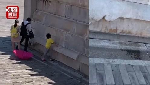 网曝一成年男子故宫内随地小便 保卫处:核实后将马上处理