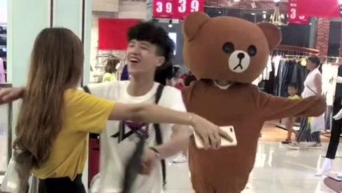 1只非常悲催的网红熊,总是被小哥哥欺负,真的是太难了