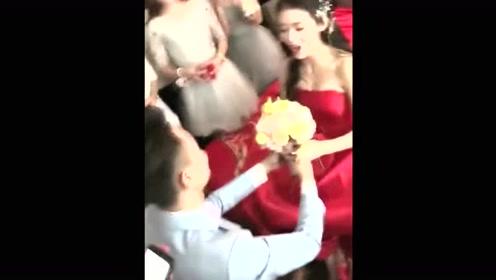 这新娘真够霸气啊,新郎能把新娘娶回家,也是得有本事