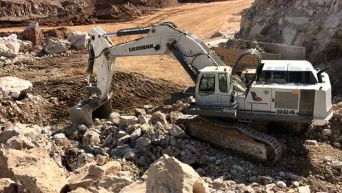 石场施工作业的挖掘机