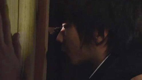 男孩藏在更衣室的木箱里,近距离偷瞄心上人,不料以悲剧收尾