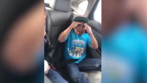 男孩坐车不系安全带,哥哥随后报警,接下来男孩的反应,太逗了