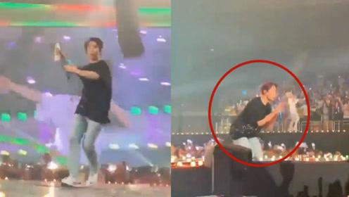 男偶像失手将水瓶砸向粉丝 演唱会当众下跪道歉引热议
