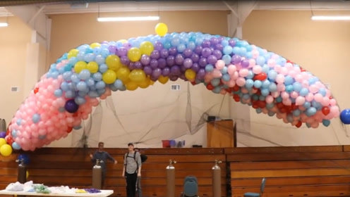 需要多少个气球才能使人漂浮起来?老外作死测试,结果尴尬了