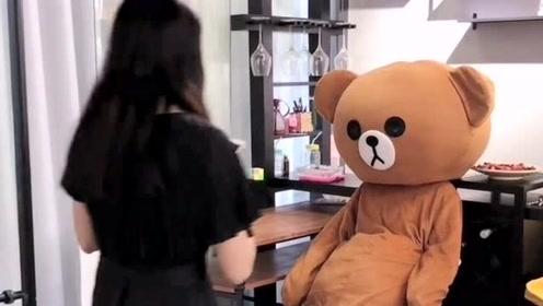 网红熊太不老实了,捉弄完小哥哥,竟然还敢去整蛊小姐姐