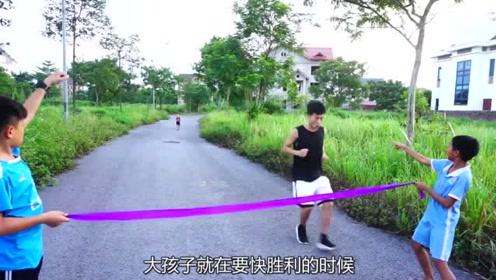 """举行跑步比赛,大孩子却坐路边玩手机,上演""""龟兔赛跑""""般结局!"""