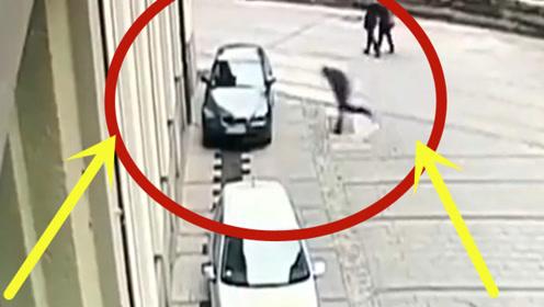 疯狂!男子突然冲向小轿车,下一秒猛烈撞击路人直接傻眼了!