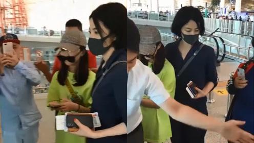 王菲机场全程护住女儿超贴心 李嫣玩下衣失踪墨镜架嘴唇上