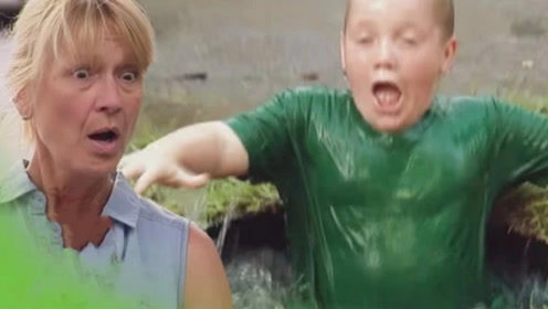 国外恶搞:男孩踩泥坑,下一秒突然消失,路人瞬间傻眼了!