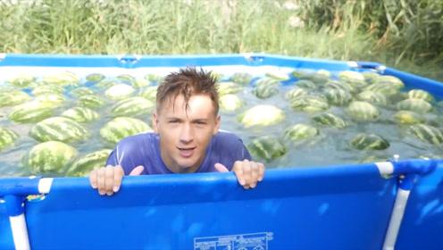 夏天西瓜买多了完全吃不了,西瓜没浪费,把西瓜全扔泳池里了