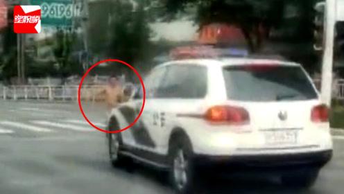 什么操作!四川一男子马路上赤裸狂奔,直躺警车前碰瓷?