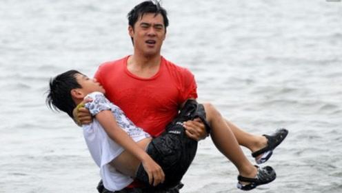 """""""为什么不先救我儿?""""两个孩子同时溺水,爸爸先救自家娃反被骂"""