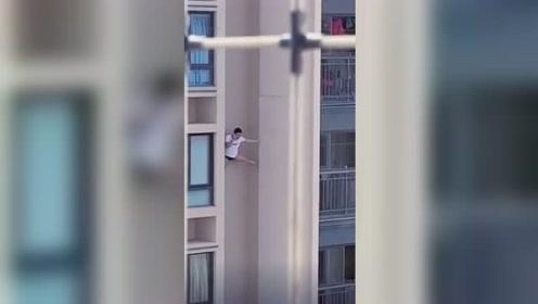 最牛老王?男子高楼外墙单手支撑还淡定打电话