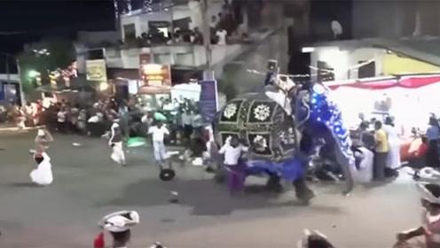 惊魂一刻!斯里兰卡庆典两头大象突然失控冲向人群 已致17人伤