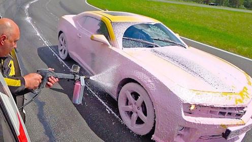 国外大叔作死挑战,一边飙车一边洗车,以为是给飞机加油吗?