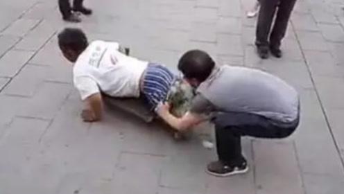 """男子当众扒乞丐裤子,被围观群众呵斥""""没素质"""",扒开后全傻眼了"""