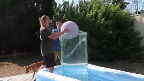 男子自制大型浴缸球,将其扔入装满水的圆筒里后,网友:大爆发